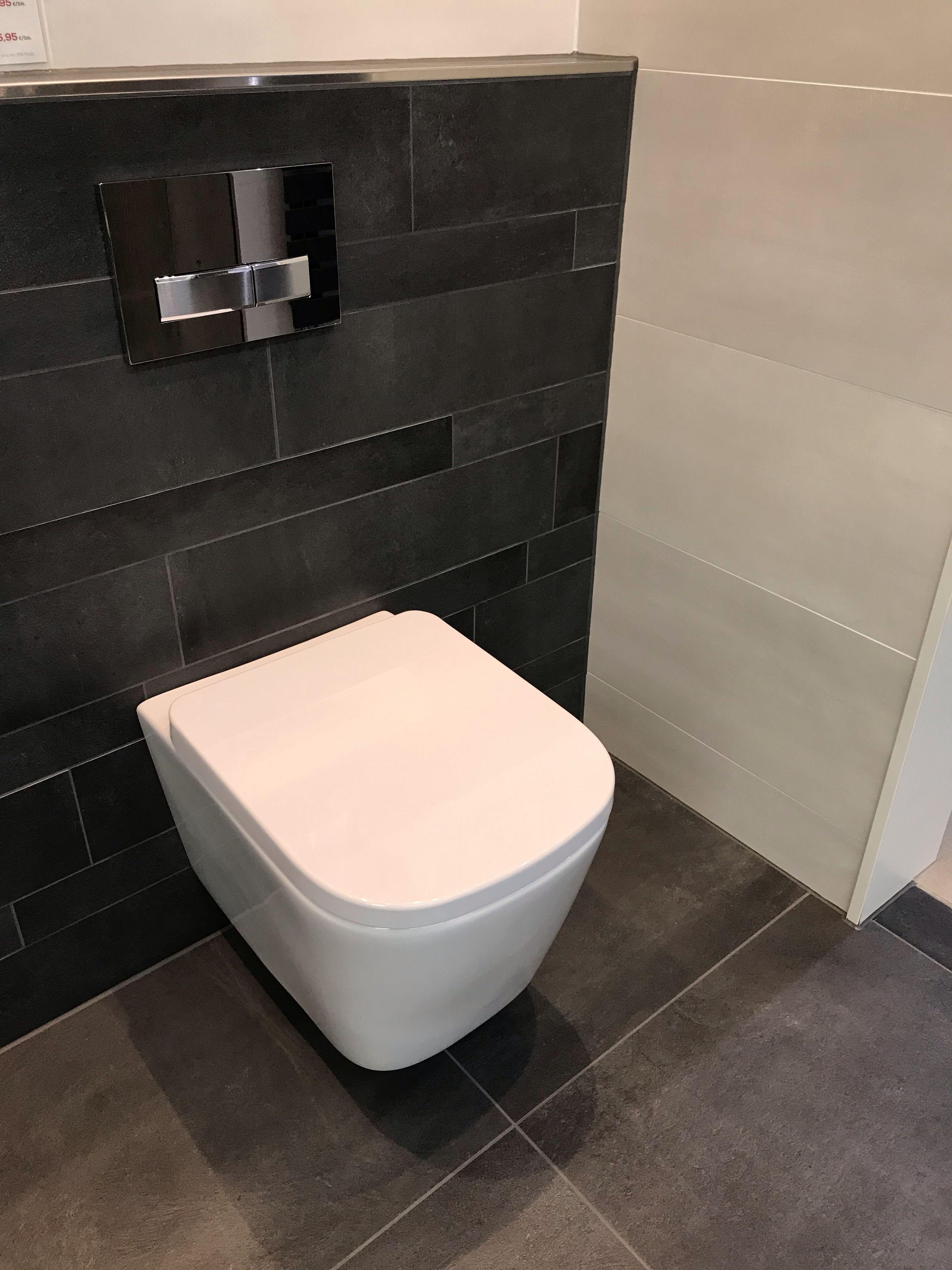 Bodenbelag Schwarze Fliesen Weisse Wande Badewanne Regale Armaturen Badezimmer Bathroom Inte Schwarze Badezimmer Armaturen Badezimmer Schwarz Schwarze Fliesen