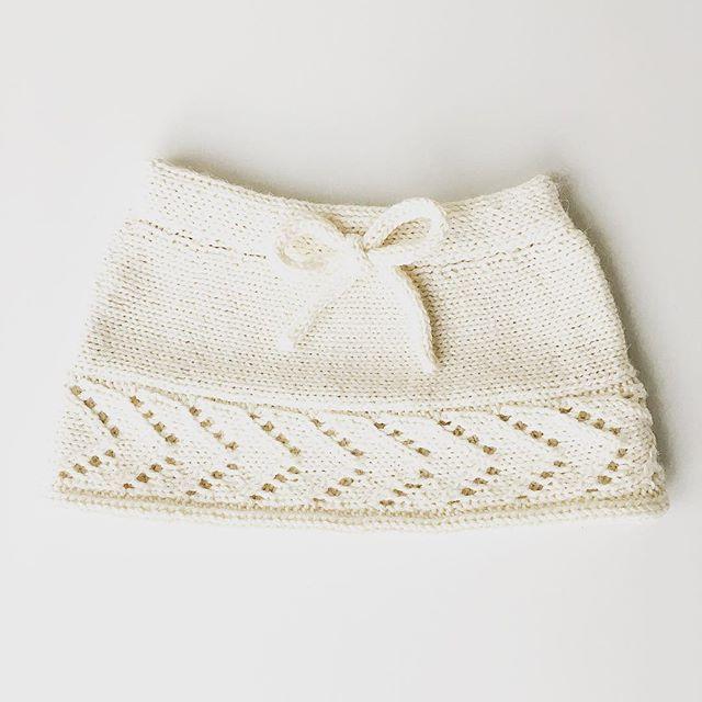 Lillemors nisseskjørt med sløyfe er klar for fest! 🎀 #teststrikk #nisseskjørt #lillemorsrankeskjørt @becharmed_strikk #alpakkasilke #ullergull #iloveknitting #instaknit #knitting_inspiration #alpaca #homemadewithlove #christmasskirt #knitforgirls #knitinspo