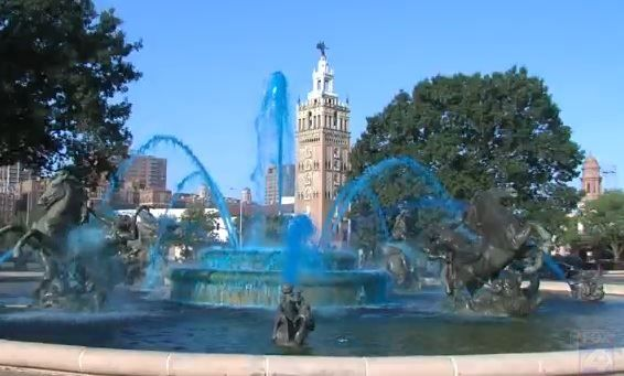 They Re Painting The City Blue The J C Nichols Fountain On The Plaza And The Ilus Davis Civic Mall Fountain Outside City Hall Kansas City Royals Kansas City