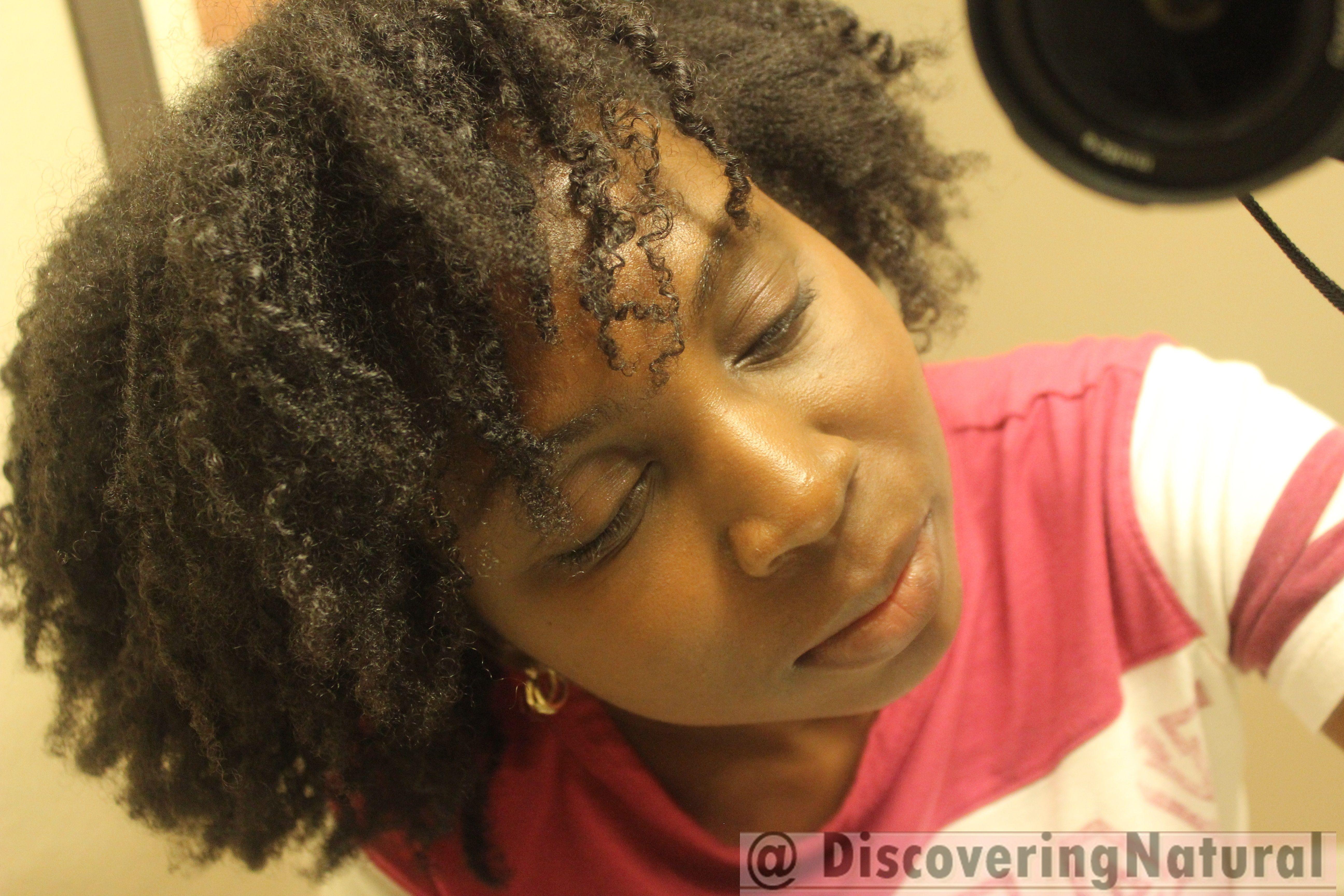 Natural hair vlogger and blogger discoveringnatural on wash day