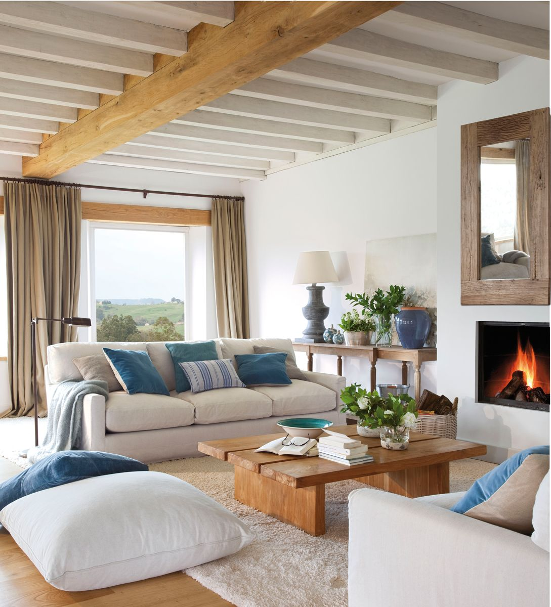 salon-blanco-azul-chimenea-espejo-mesa-centro-madera-vigas-vista ...