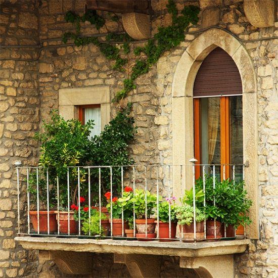 Balkon gestalten-üppige Bepflanzung-Balkonblumentöpfe Pflanzkübel ...