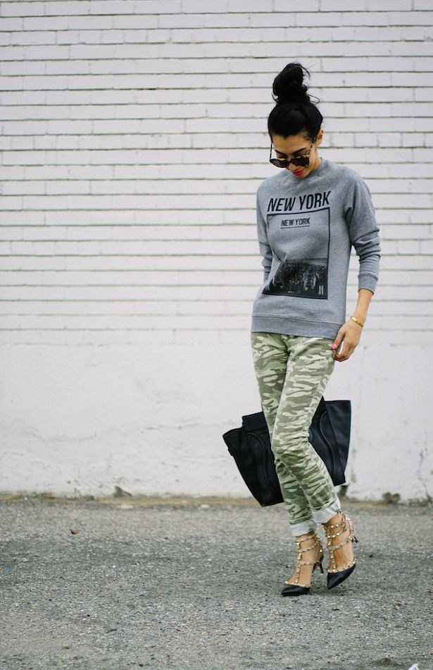 Gray crewneck graphic sweatshirt + camo skinny jeans + black pumps + large black tote