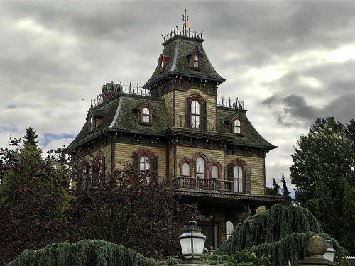looks like the house from the movie psycho Unheimliche