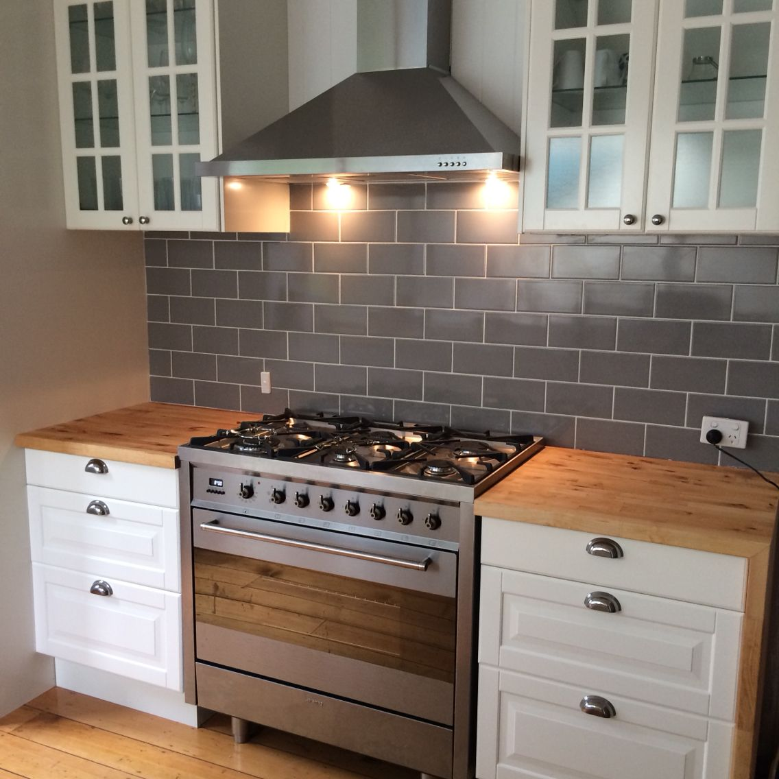 Freestanding smeg oven, teamed with off white traditional cabinetry ...
