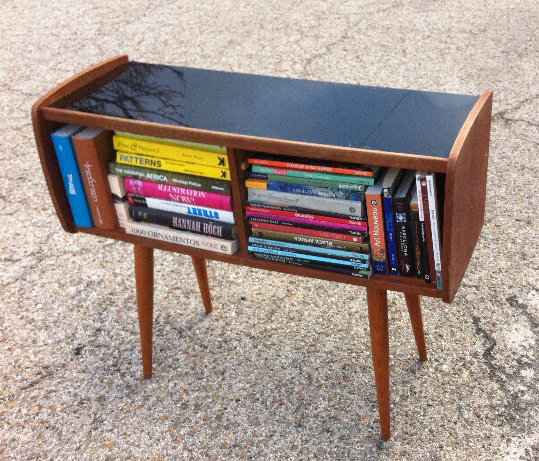 Mueble de madera con sobre de cristal negro. 80x28xalto63cm. 180€. www.smokit.es
