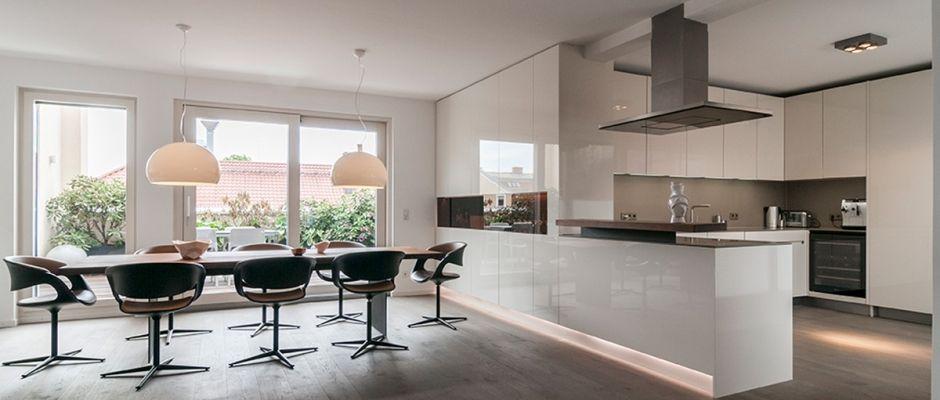 Großräumige offene Küche mit weißen Lackfronten | lo moderno ...