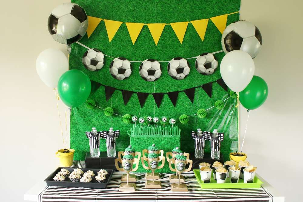 The Dessert Table At This Soccer Birthday Party Is So Cool Love The Decor See M Ideias Para Decoracao De Festa Infantil Festa De Aniversario De Futebol Festa