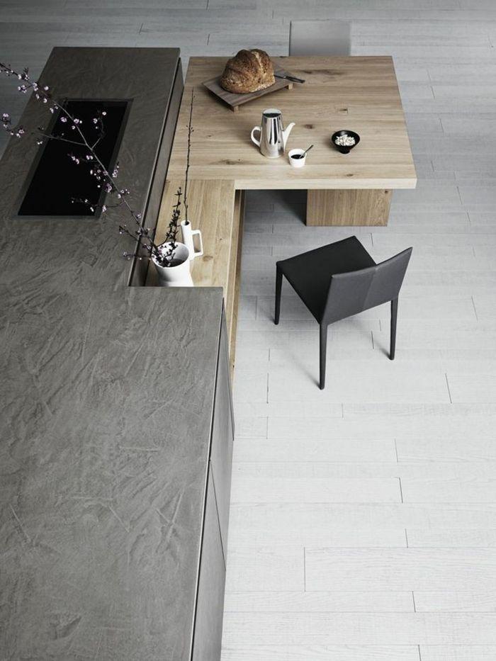 Moderne Küche Mit Kochinsel   Hölzerner Tisch