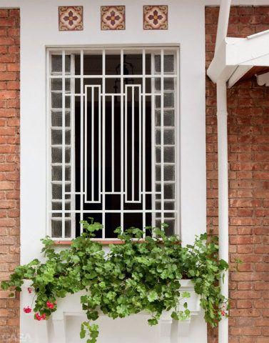 Na fachada, floreira com gerânios. Em qualquer cantinho, você pode realizar o sonho de cultivar folhagens, espécies floridas e arbustos.