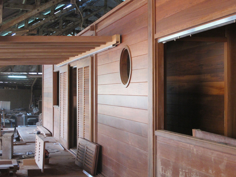 Volets Coulissant Persiennes Pergola En Fabrication Atelier Maison Bois Maison Fabrication Maison