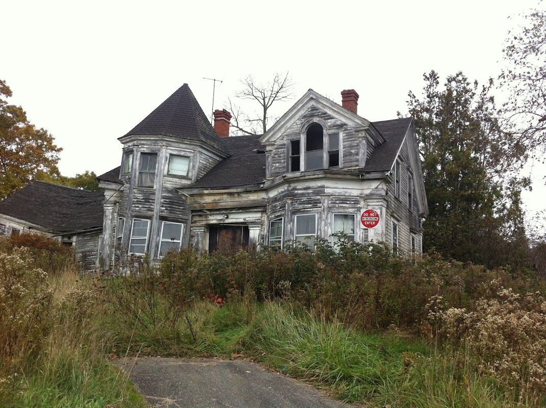 Stumbled Across This Abandoned House On The Maine Coastline Isolated And I M Thinkin Haunted At Least It Shou Abandoned Houses Old Houses Architecture Old