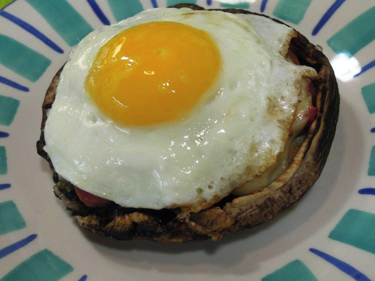 Cogumelos com ovo a cavalo http://grafe-e-faca.com/pt/receitas/entradas-petiscos/petiscos-receitas/cogumelos-com-ovo-a-cavalo/