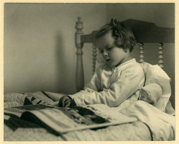 """Foto de época """"Leer cuentos"""" chica cama bebé muñeca libro instantánea antigua…"""