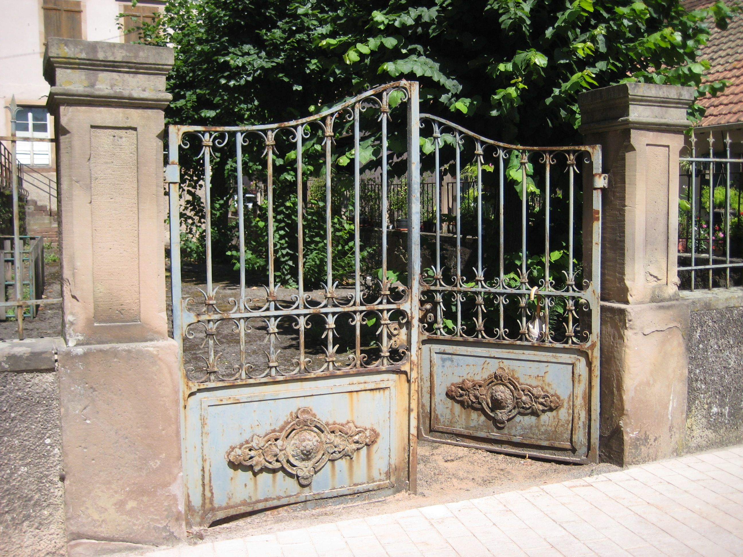 Portail fer forg alsace pinterest gate gate ideas and entry gates for Portail grille fer forge