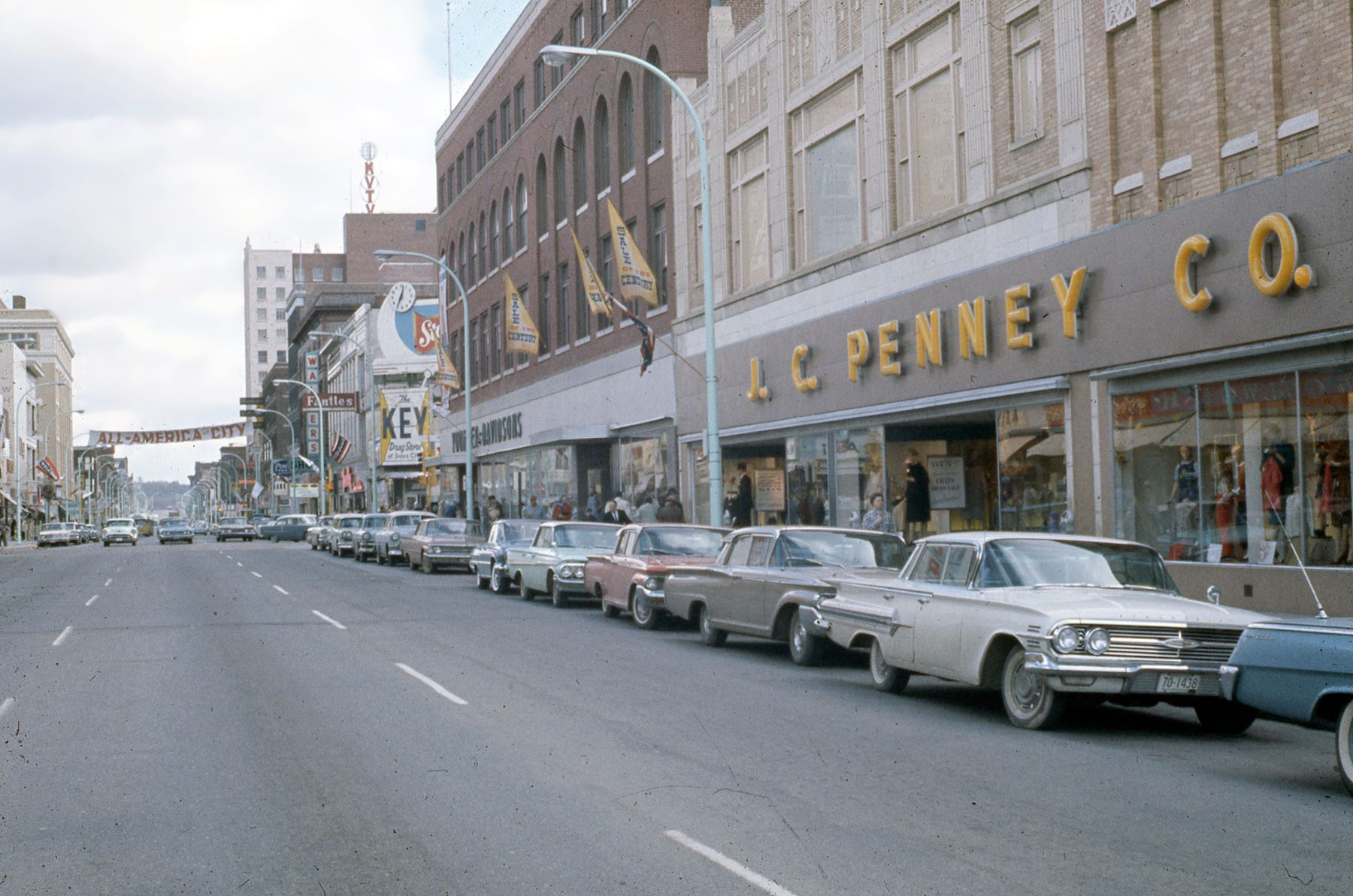 Downtown Sioux City In The 1960s 4th Street Looking East Not Many Downtowns In Iowa Compared To It At It S Heigh Sioux City Iowa Sioux City Favorite Places