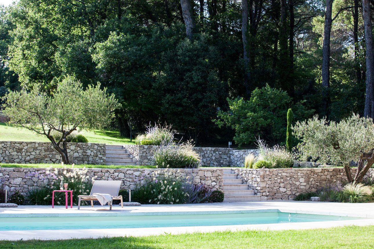 Structurer Un Terrain En Pente Par Un Jeu De Restanques Pour Creer Un Veritable Pays Amenagement Jardin En Pente Piscine Amenagement Paysager Piscine Et Jardin