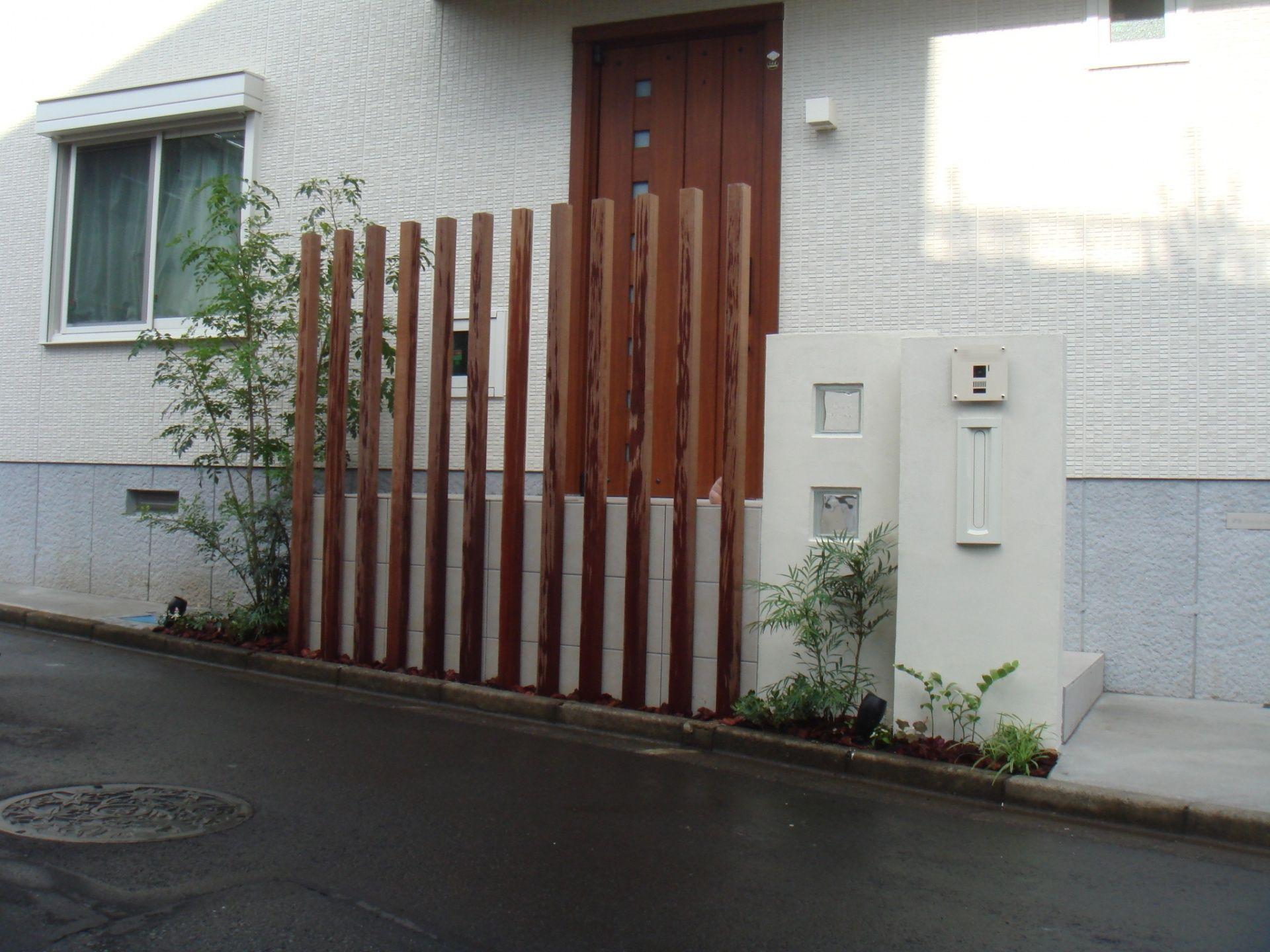 ハードウッド列柱で目かくし シンプルな門柱の積水ハウスの家 玄関