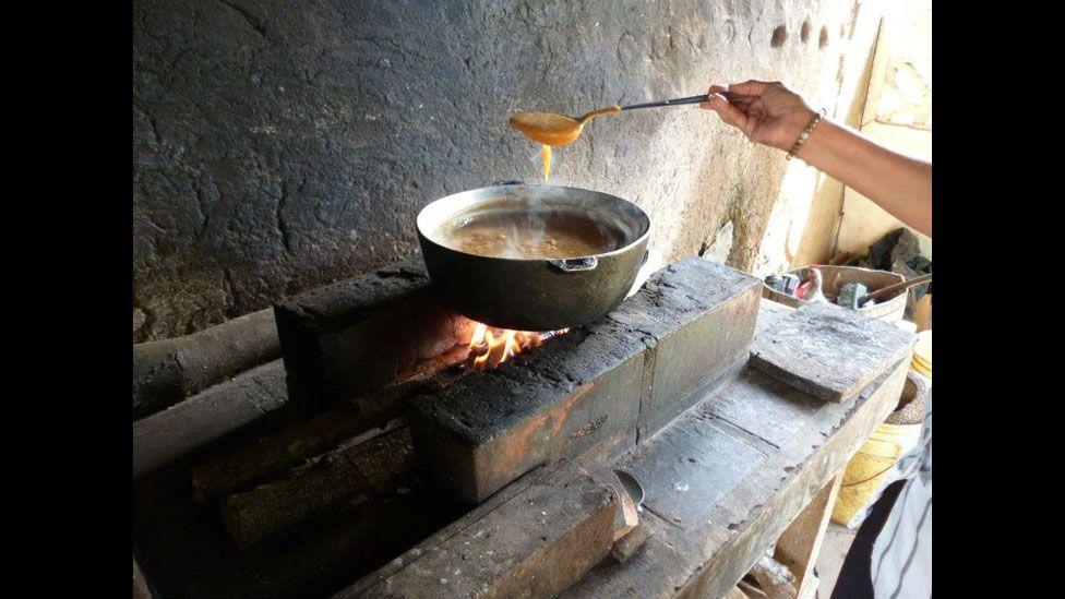 """Cauldrons over wood fires, never saw them at home but on most farms - Foto de un lector por el tema """"Rural"""" BBC Mundo"""