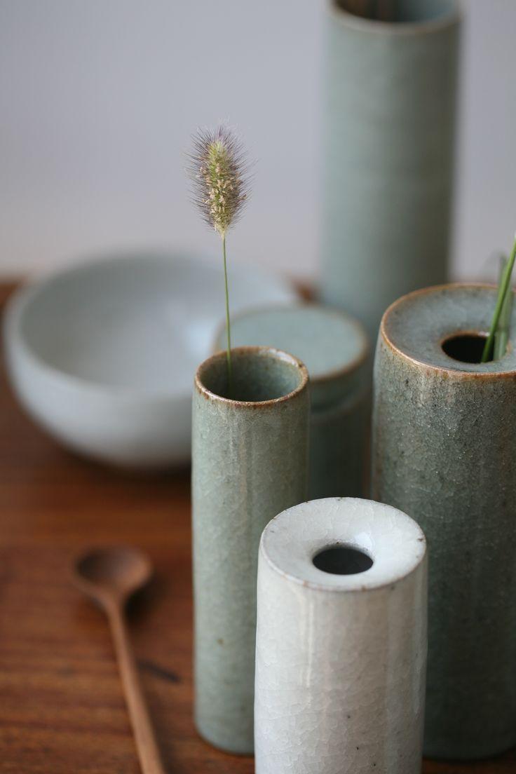Florian Gadsby Vasen und Knospenvasen. Grüne und weiße Guan-Glasur, reduzier ... #potteryglazes