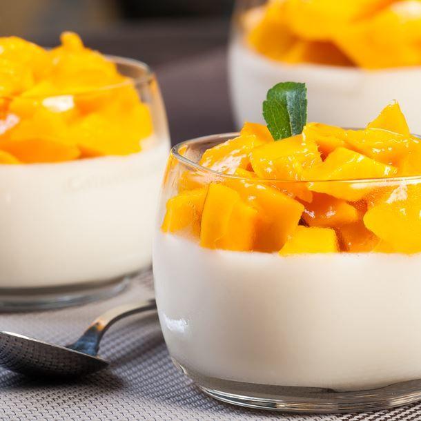 Mousse à La Vanille Sous Dés De Mangue Caramélisés Au Thermomix Recette Verrines Mangue Recette Panna Cotta Mangue