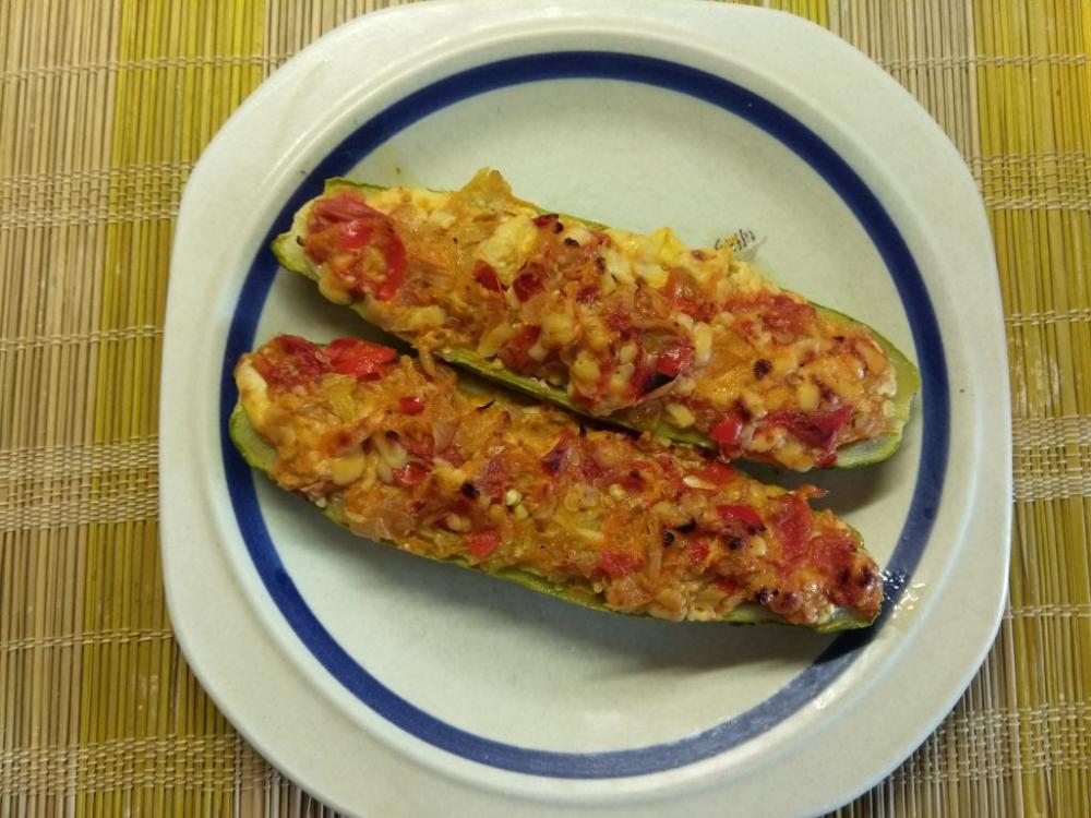 Запеченные кабачки, фаршированные помидорами и сыром ...