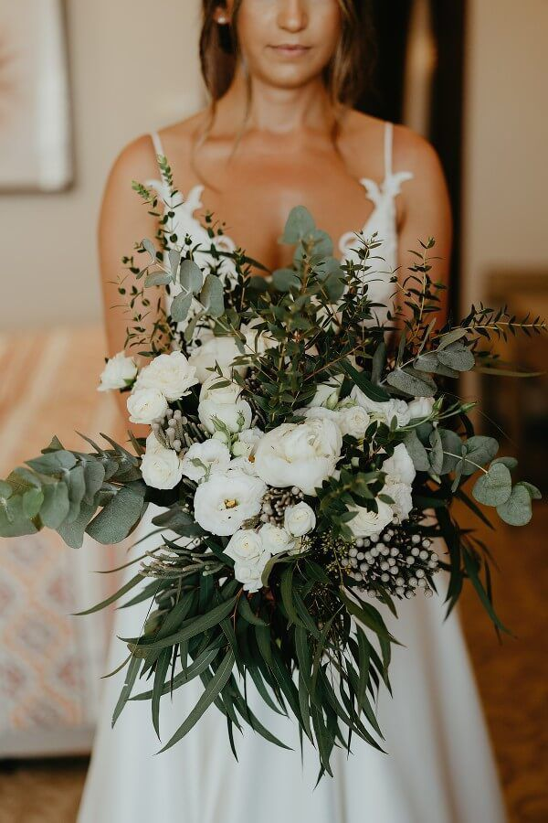 Traum Brautstrauß mit Eukalyptus und weißen Rosen zur Greenery Hochzeit.