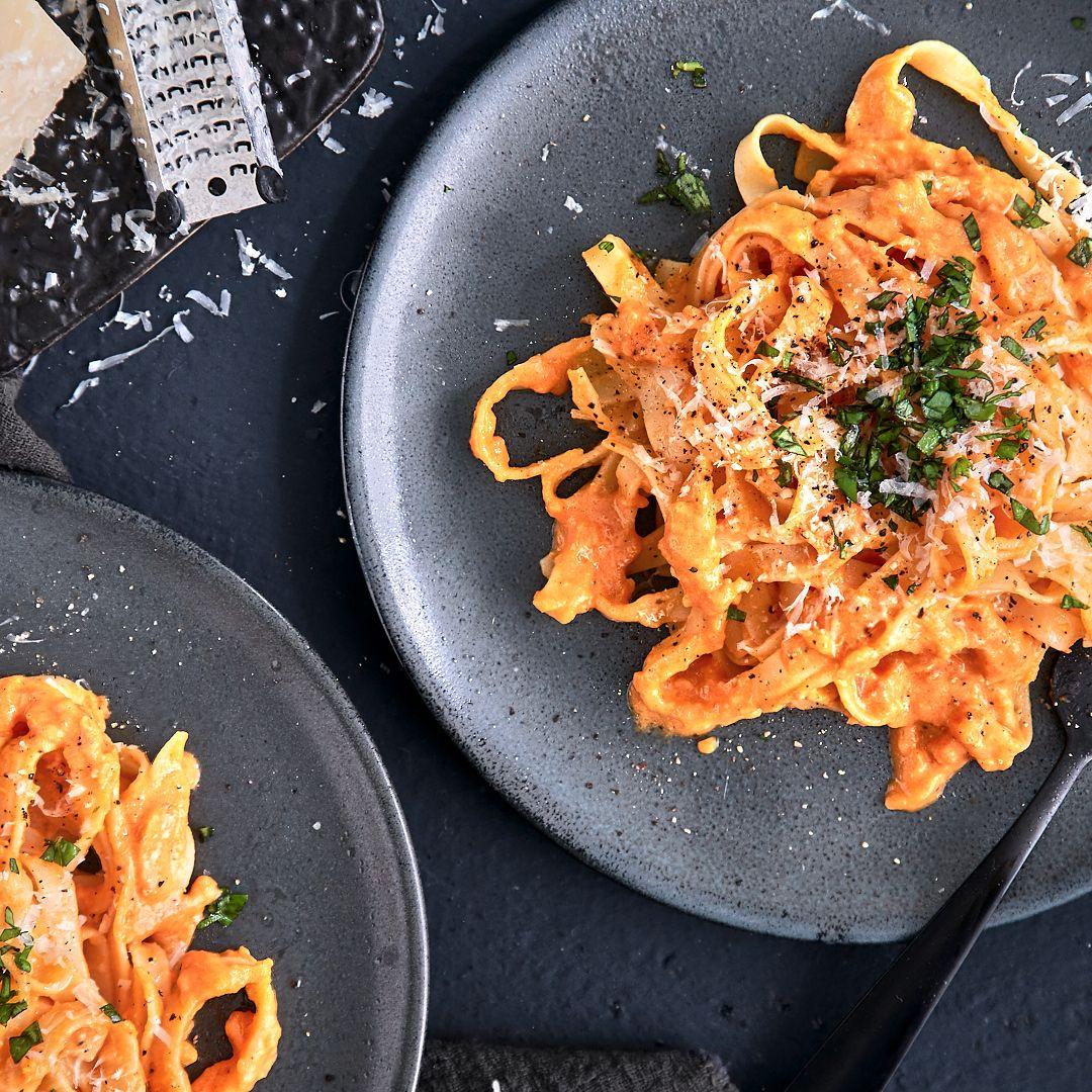 Tomaten-Sahne-Sauce mit Tagliatelle und frischem Basilikum
