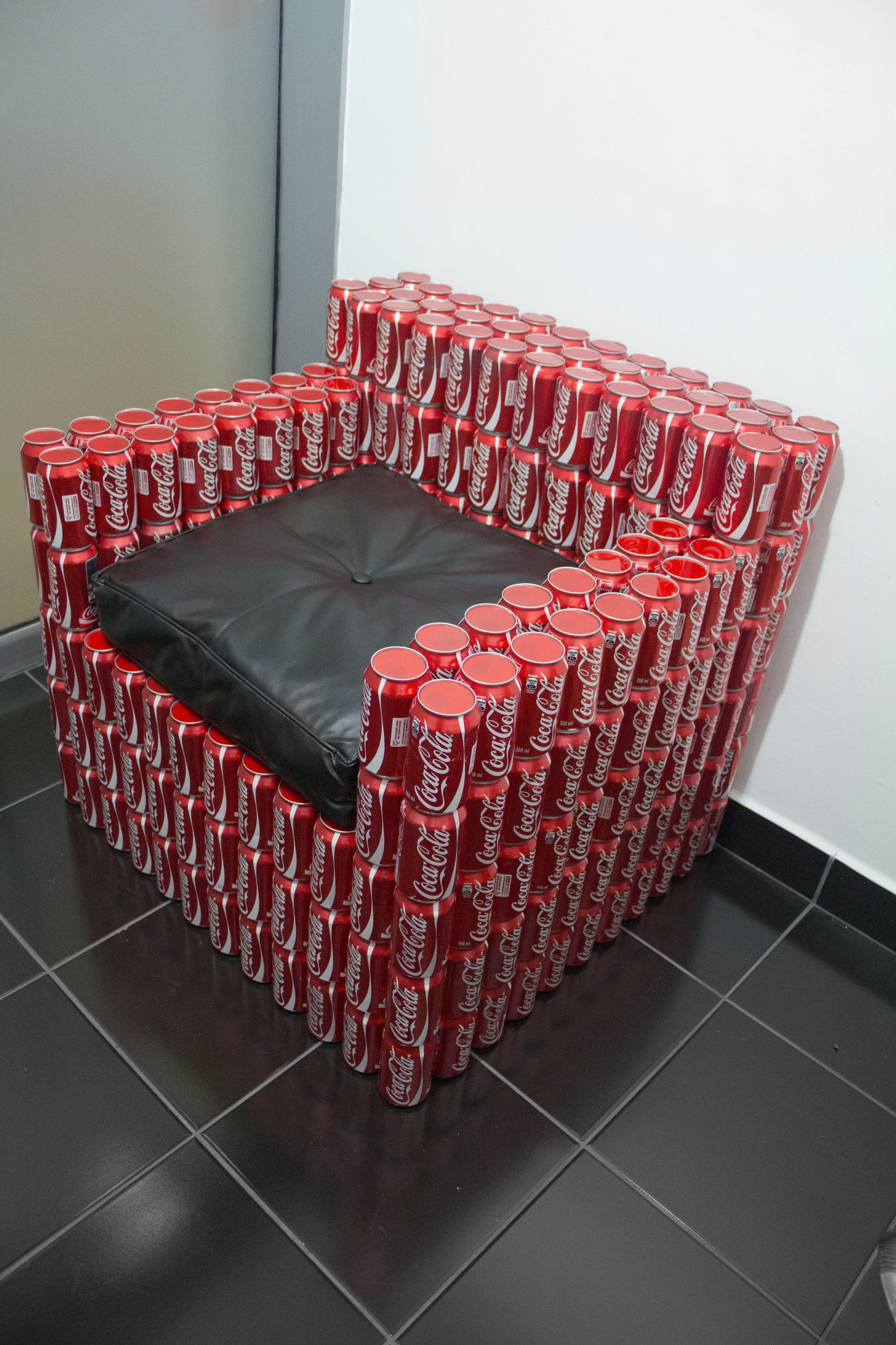 Sillón hecho con latas de Coca-cola.Mirar que bonito para las que les gusta  las manualidades