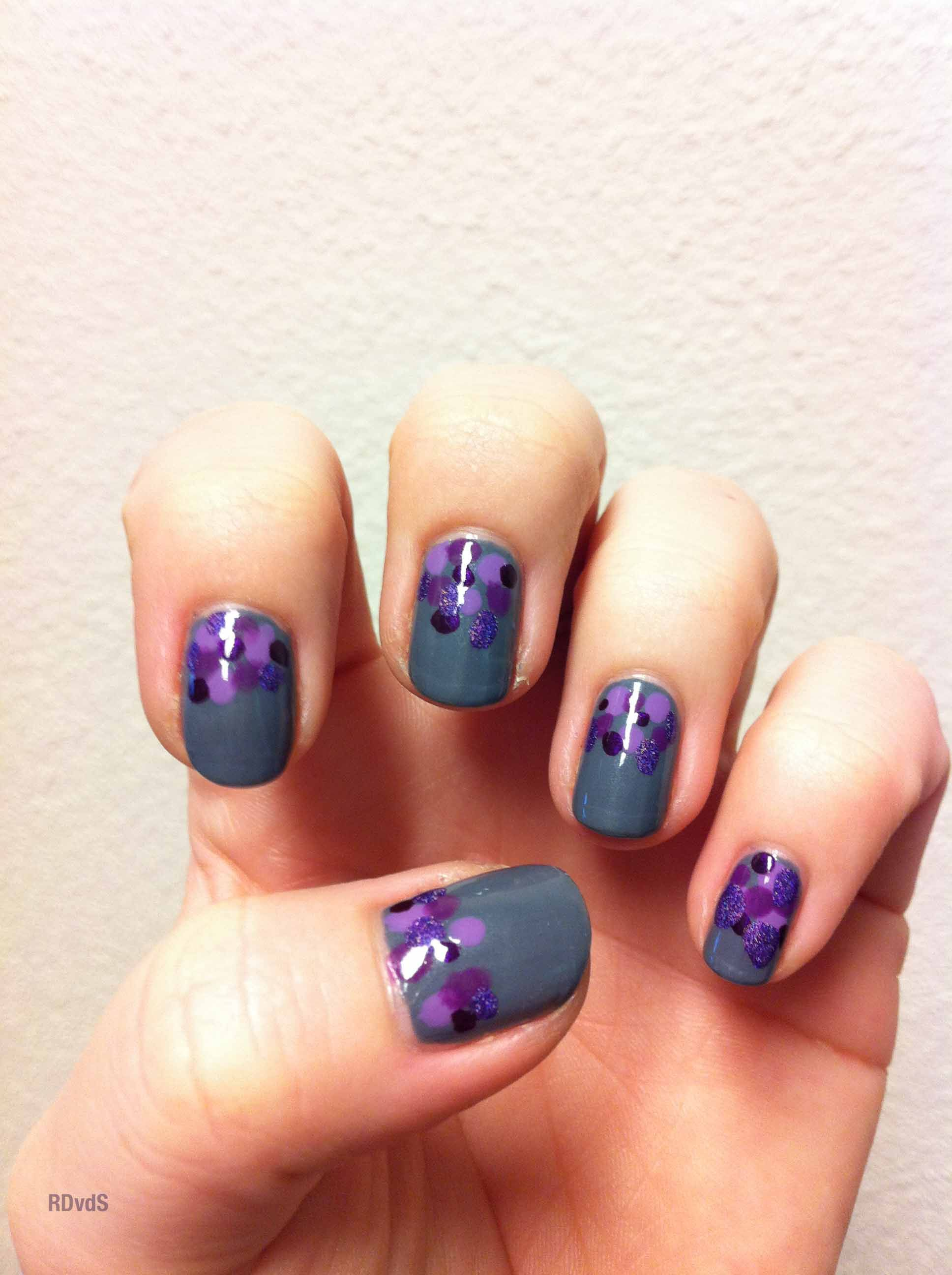 Purple dots nail-art