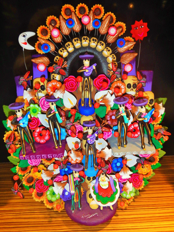 Árbol de la Vida.   Un árbol de la vida es una escultura en barro fabricada comúnmente de forma artesanal en el centro de México, principalmente en el municipio de Metepec, Estado de México.