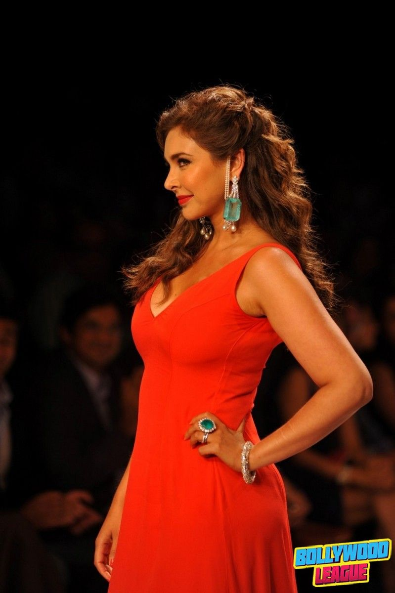 Lisa Ray walks the ramp for Farah Ali Khan presented by GII at IIJW 2014 | Bollywood League - Photos, Videos, Movies, Wallpapers. Website - http://bollywoodleague.com