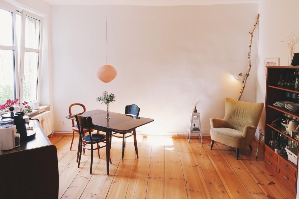 Schlichtes Wohnzimmer in möblierter Altbauwohnung in