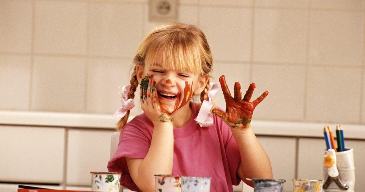 Tipos de tinta para usar com crianças. O tipo de tinta que você escolhe para usar com as crianças, para artesanatos e outros fins, depende de muitos fatores, incluindo a idade e maturidade da criança, o tipo de projeto, o espaço de armazenamento, prazo, orçamento e superfície que será pintada. Antes de decidir que tipo de tinta comprar, você deve considerar todas essas coisas em ...