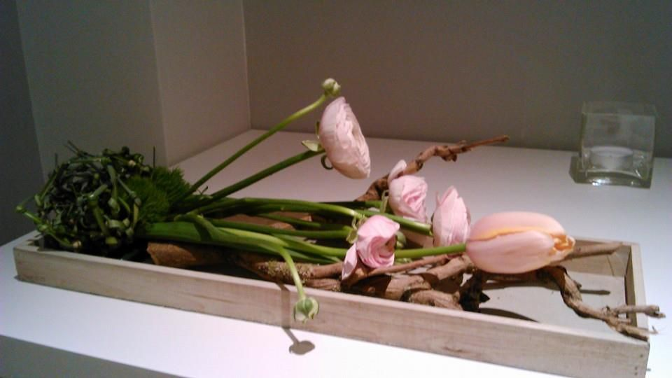Seringhout Bloemen in oasis: Franse tulpen en ranonkels Geknoopt gras