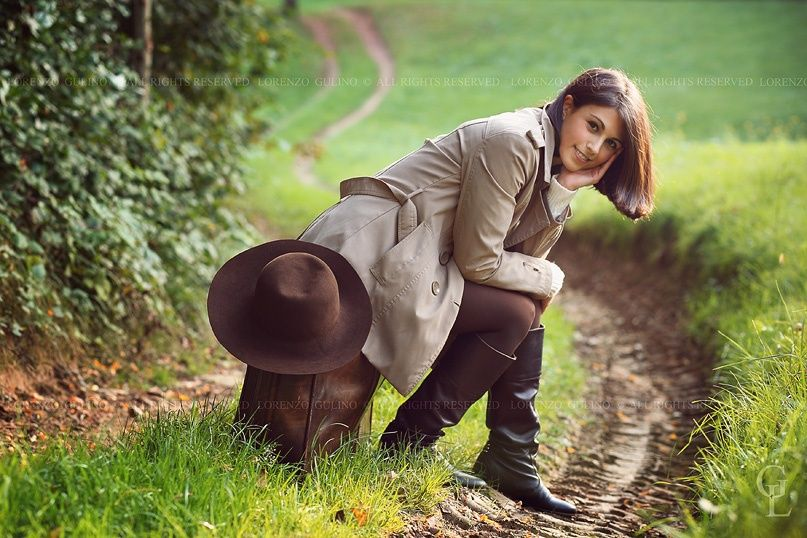 Photo Woman seated on a leather suitcase by Lorenzo Gulino on 500px