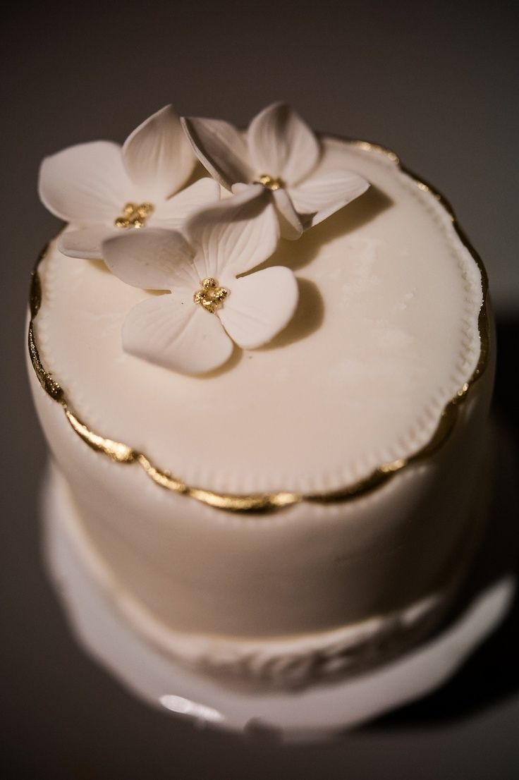 elegant mini cake   Found on unity-weddings.com