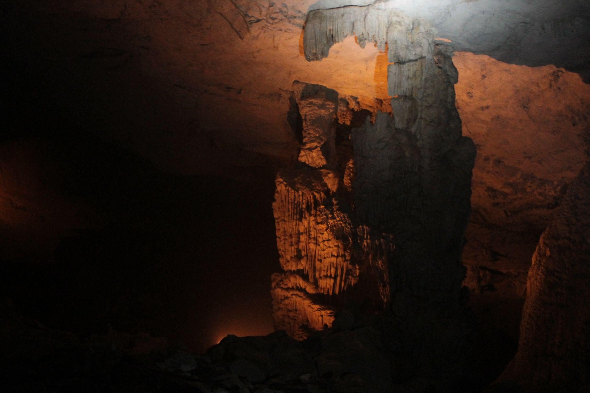 Konglor Cave con los focos rojos
