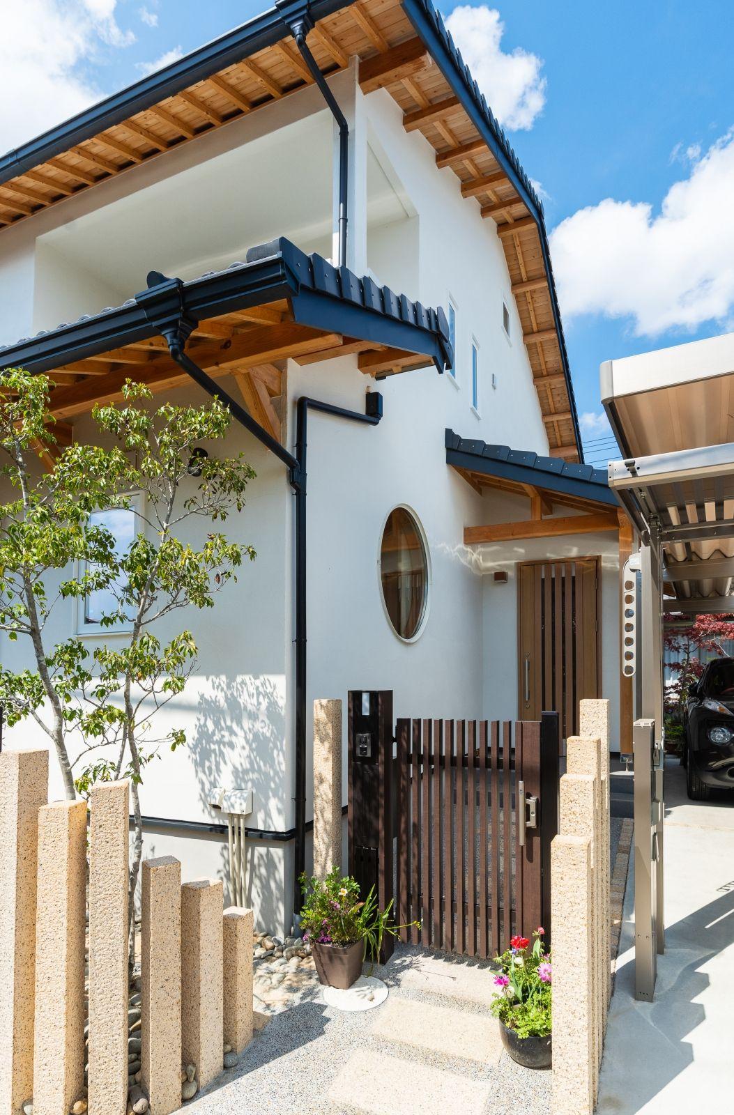 丸窓の和モダン住宅で 自然素材 に包まれた豊かなくらし 和モダン