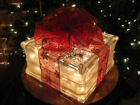 decoração natalina feita com tijolo de vidro e luz led pisca pisca