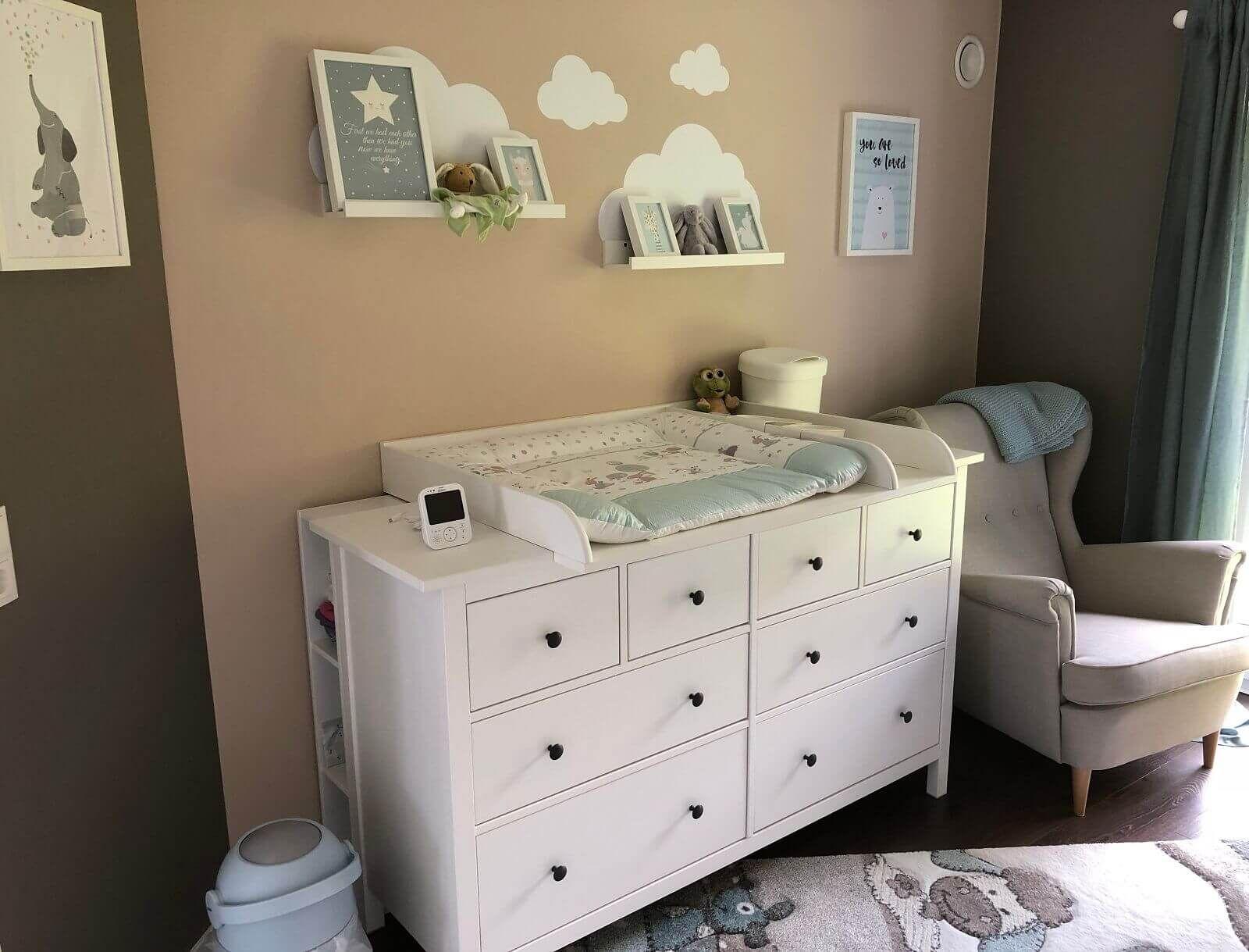 Ikea hemnes als wickelkommode mit wickelauflage und deko for Babyzimmer gestalten ikea