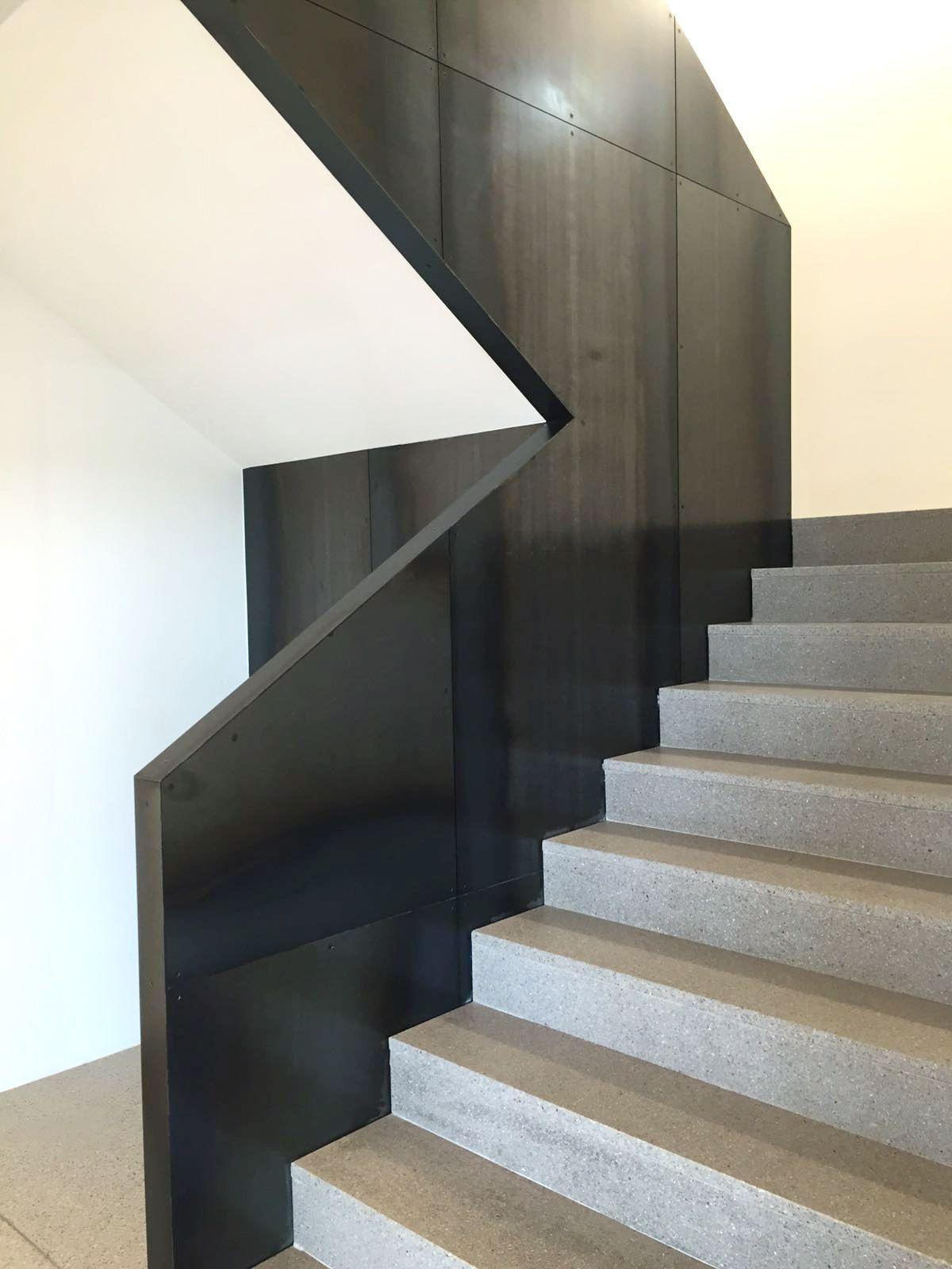 Stiegenaufgang, Geländer Cortenstahl