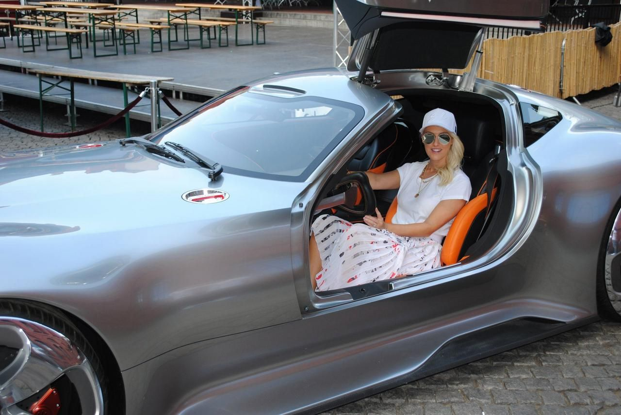 Supercar Blondie Waves The Checkered Flag Fotoscapes In 2020 Super Cars Checkered Flag Best Luxury Cars