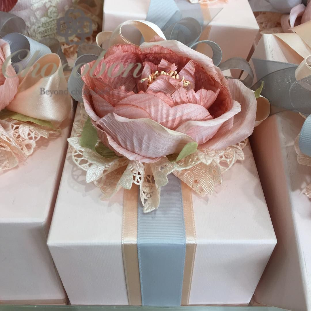 توزيعات شوكوبون توزيعات هدايا دبي ترتيب توزيعات زواج توزيعات مواليد توزيعات تخرج اعراس خطوبه Table Decorations Wedding Favors Wedding Favours