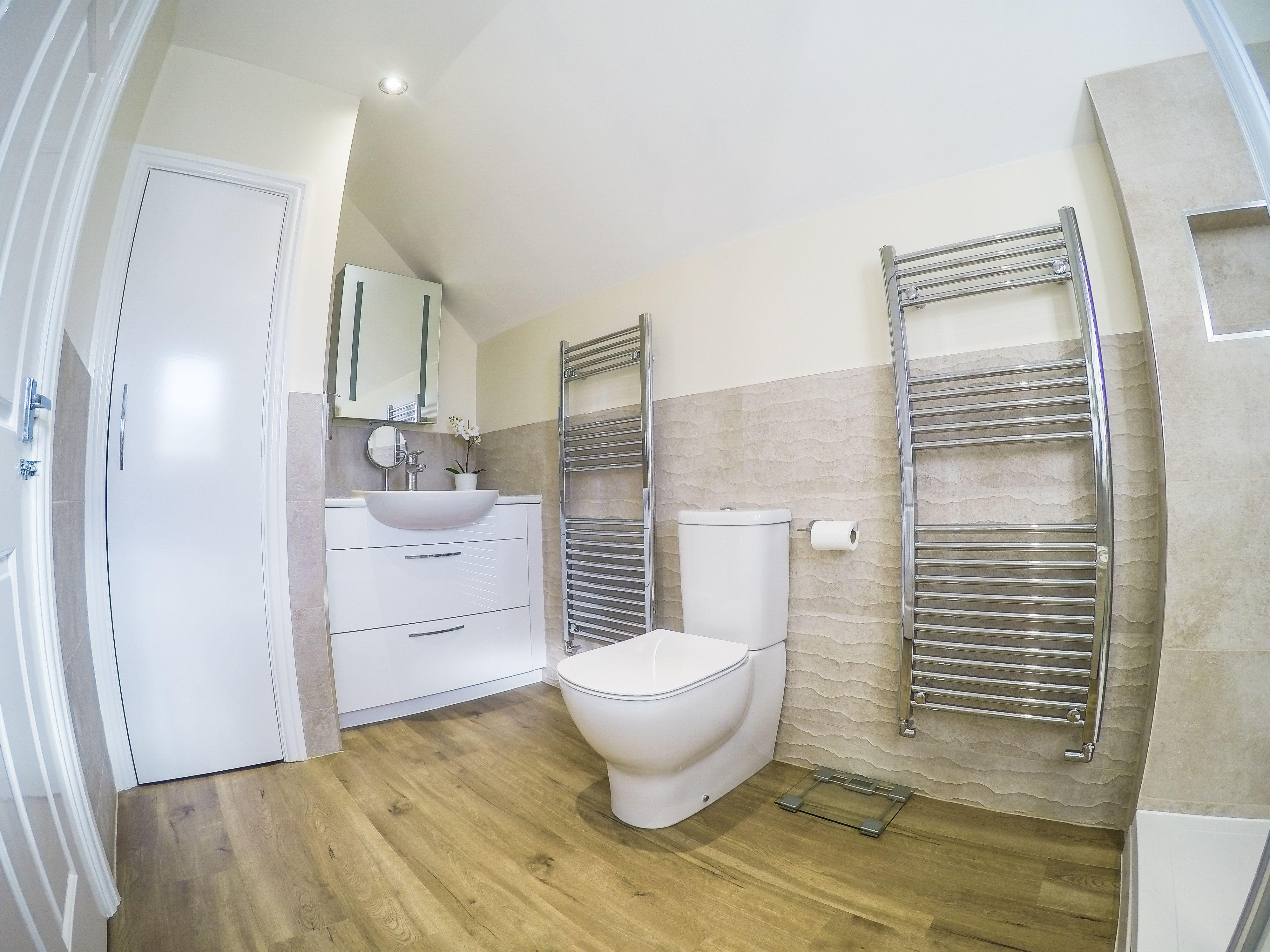 Porcelanosa Contour Beige Ideal Standard Tessi Close Coupled Wc Tile Bathroom Bathroom Toilet