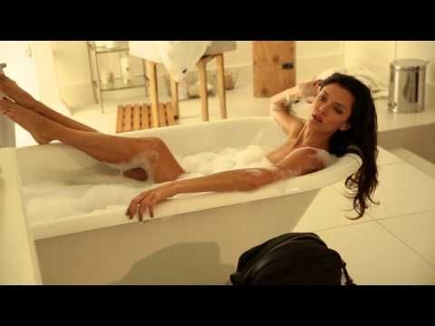 Pretty Woman Vasca Da Bagno : Donna graziosa con vino in vasca u video stock dashek