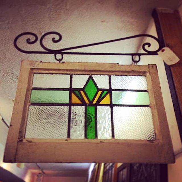 ステンドグラス アイアンで吊る飾り方 可愛いい 家に吊れる所がないか探し中 Antiqueshop Wellington Stainedglass Iron Interior Display 空間 演出 ステンドグラス ディスプレイ インテリア 飾り リビング 玄関 ステンドグラス 玄関 リビング 家