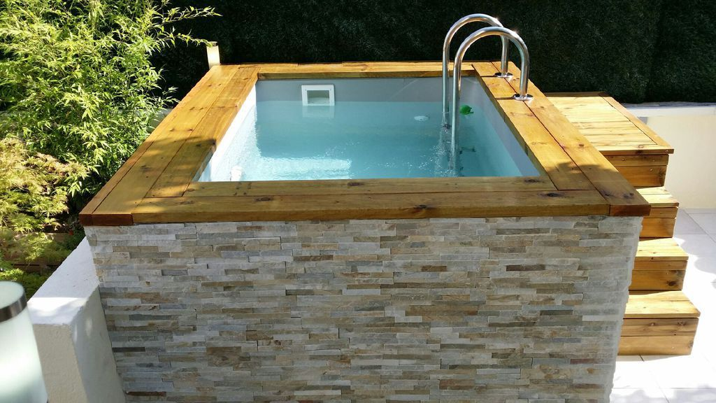 mini piscine en bois avec habillage en pierre de parement. Black Bedroom Furniture Sets. Home Design Ideas