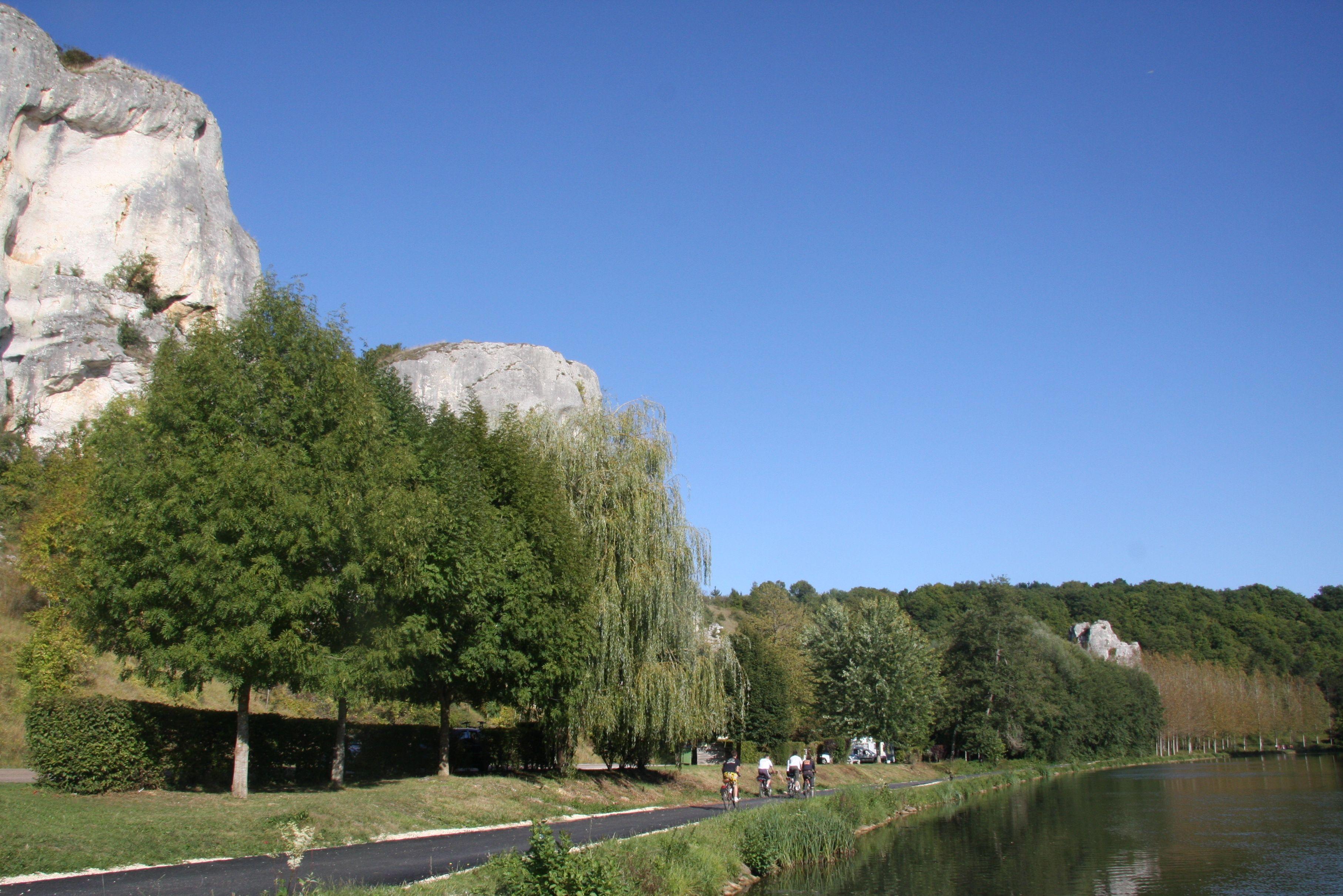 Passage près des rochers du Saussois qui surplombent le Canal du Nivernais. © G. Bourras