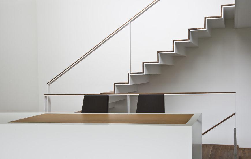 Weisse Dunne Filigrane Stahl Unterboden Konstruktion Mit Holztreppe Und Luftigem Gelander Holztreppe Stahltreppen Treppe